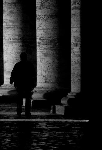 uomo nell'ombra
